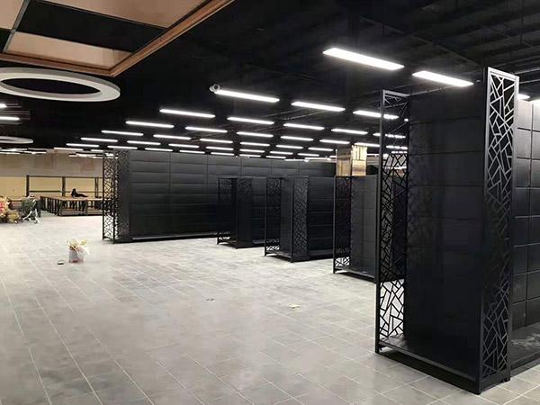 开封兰考县新时代购物广场商超货架安装中