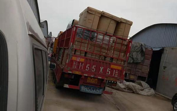 早上装好的货架准备发车