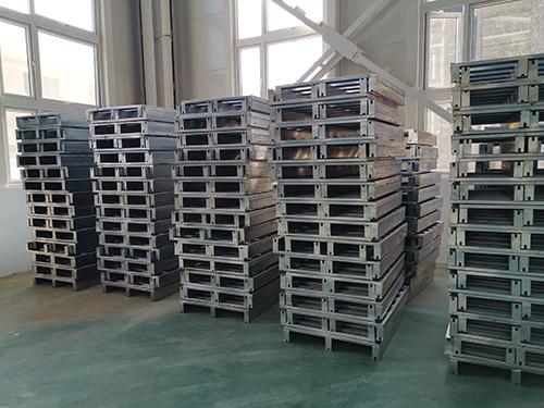 济源某新仓库定制的第一批镀锌板托盘到货,期待下次更好合作