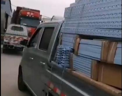商丘客户急需货架,亲自来仓库拉货