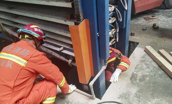 存放钢板货架坍塌一人被困,警示大家要规范使用仓库货架
