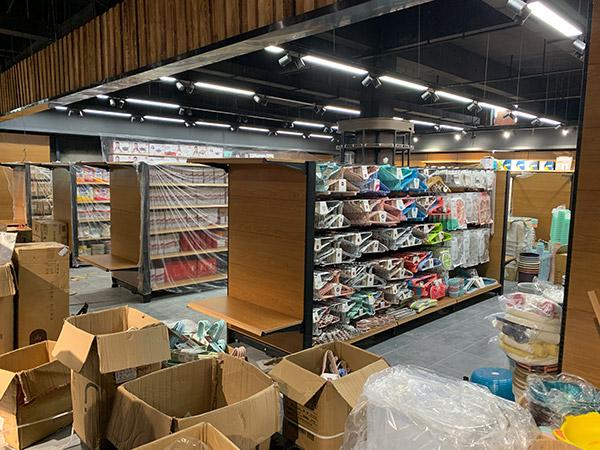 超市钢木货架紧张安装中