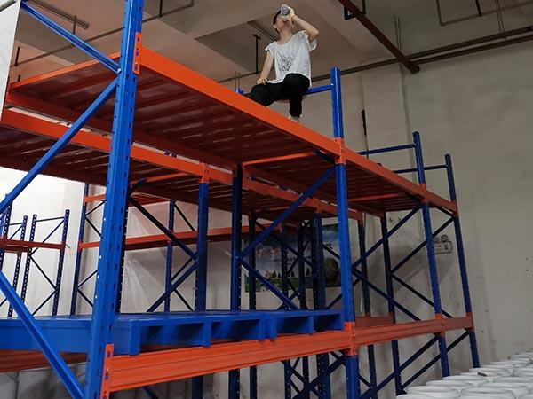 安装人员在高层安装