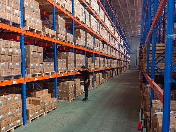 检查仓库货架质量