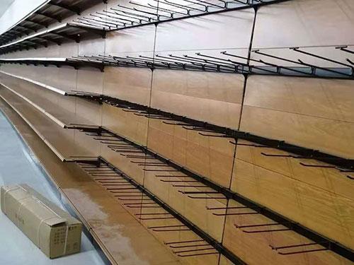 单面靠墙超市货架,横梁上挂的直线挂钩,针织区用